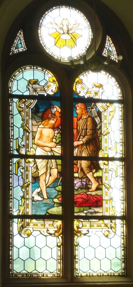 Taufe Jesu durch Johannes den Täufer, Fenster der Ev. Laurentiuskirche an der Südseite